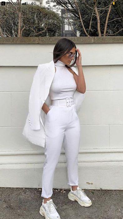 Chica con un outfit totalmente blanco con unos tenis fila de color blanco