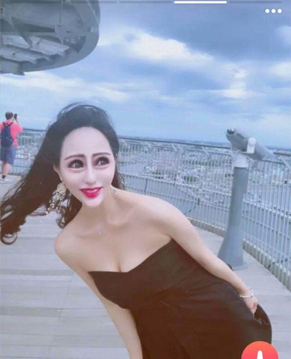 Mujer usando filtros en su foto de tinder