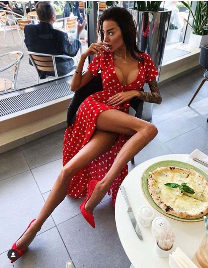 Chica usando un vestido rojo y posando para una fotografía que editó en photoshop