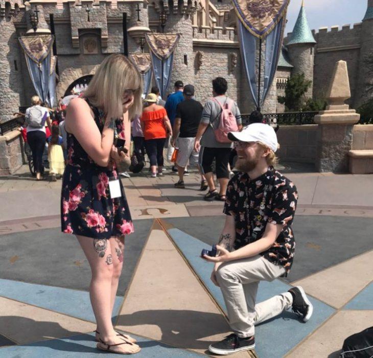 Jesse y Kasey frente a Disneyland entregando anillo de compromisos