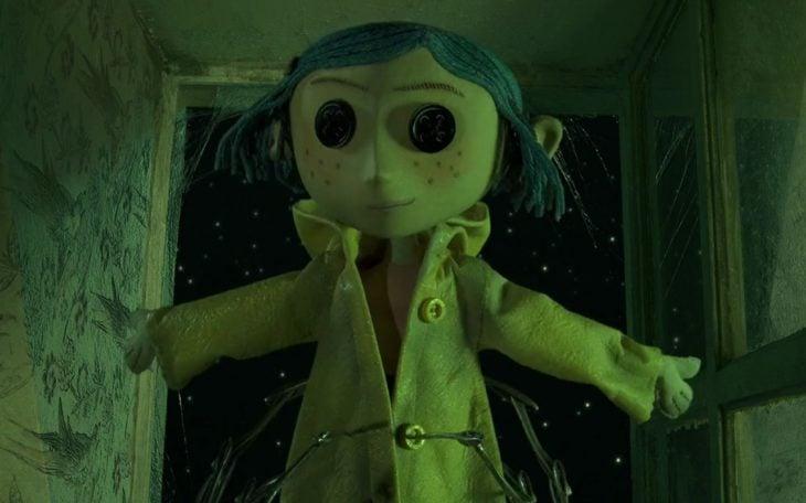 Muñeca Coraline con los ojos de botones