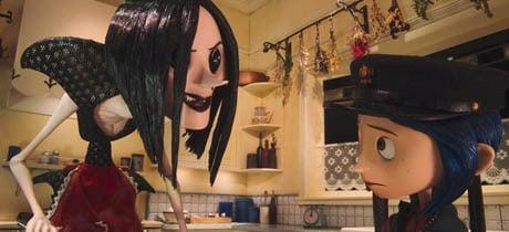 Coraline y la otra madre conversando en la cocina