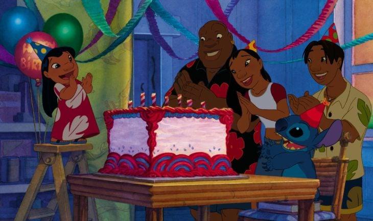 Personajes de la película lilo y stitch festejando el cumpleaños de lilo