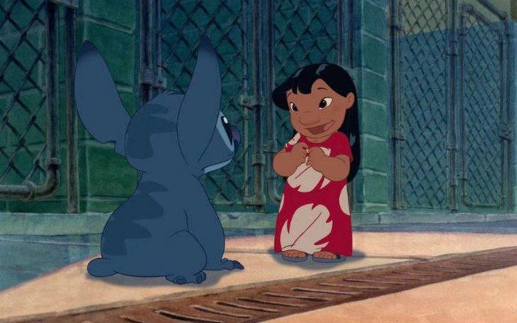 Lilo adoptando a stitch en la película