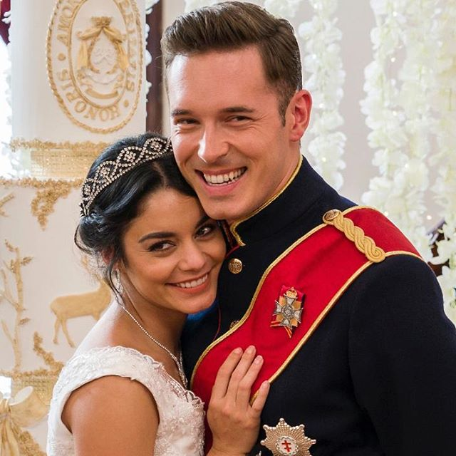 Escena de la película The Princess Switch con Vanessa Hudgends abrazada al príncipe
