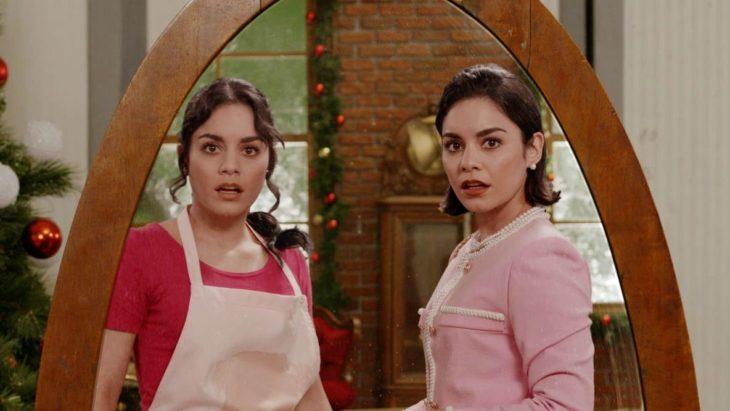 Escena de la película The Princess Switch con Vanessa Hudgends y su gemela viéndose al espejo