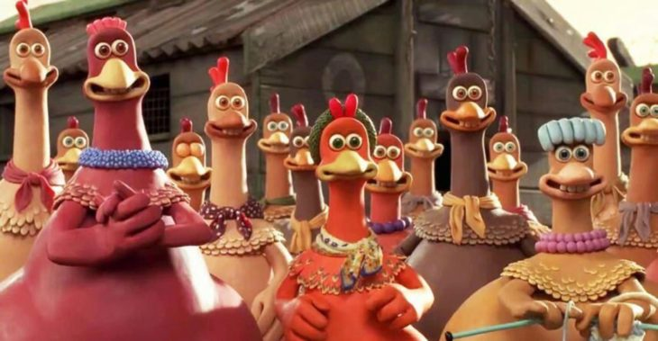 Escena de la película Pollitos en Fuga. Pollos formados en una granja