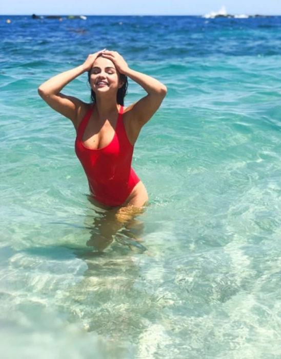 Selena Gómez bikini color rojo