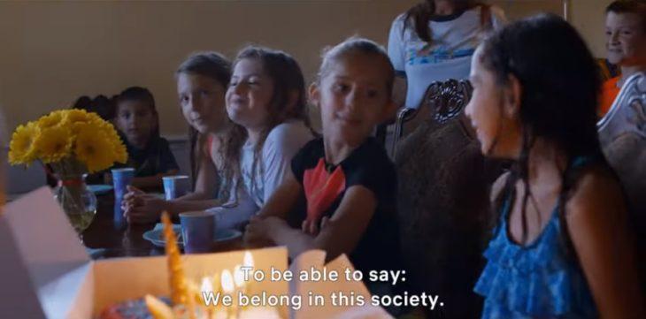 escena de Living Undocumented con varias niñas cenando en un albergue
