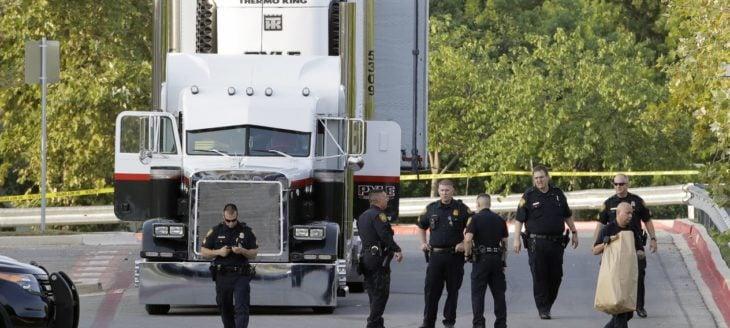 oficiales frente a un camión de carga detenido