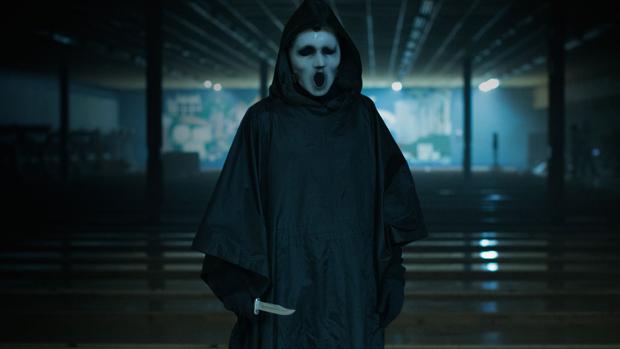 Hombre llevando una máscara, escena de la serie Scream