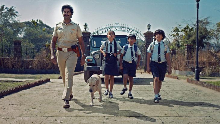 Grupo de niños caminando fuera de la escuela, escena de la serie Typewriter