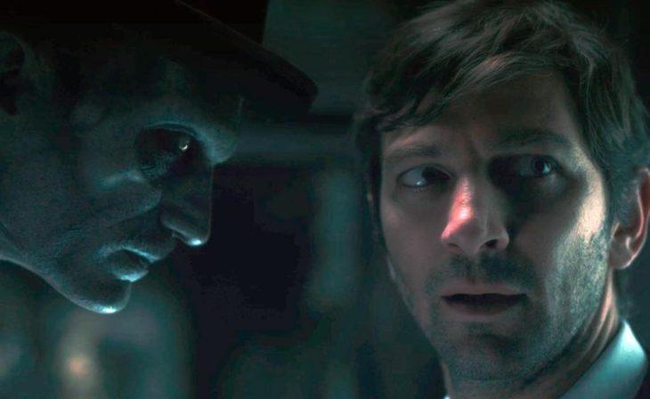 Fantasma mirando a un hombre, escena de la serie La maldición de Hill House