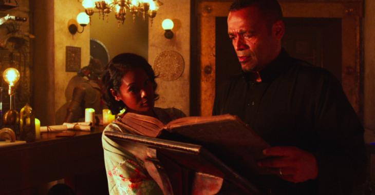 Chica leyendo un libro, escena de la serie Superstition