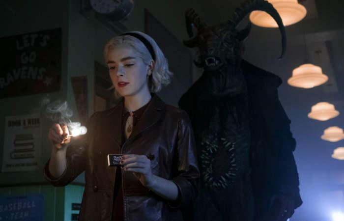 Chica encendiendo un cerillo, escena de la serie El mundo oculto de Sabrina