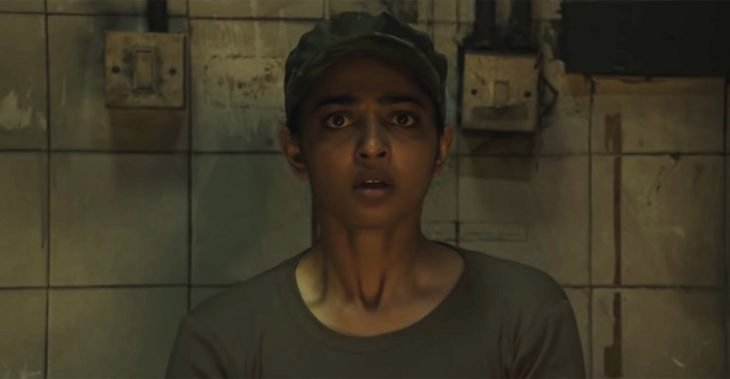 Chica asustada, mirando al frente, escena de la serie Gul
