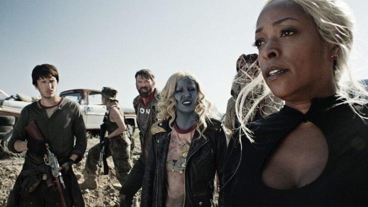 Grupo de personas viajando en el desierto, escena de la serie Z Nation
