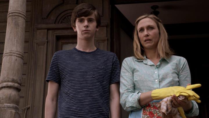 Madre e hijo en el pórtico de su casa, escena de la serie Bates Motel
