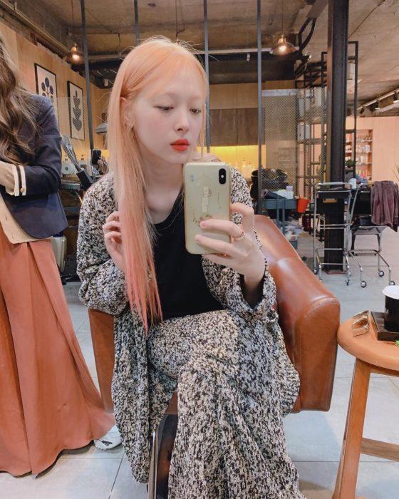 Fallece cantante de K-pop Sulli, exintegrante del grupo f(x); chica coreana con cabello rosa tomándose selfie frente a espejo
