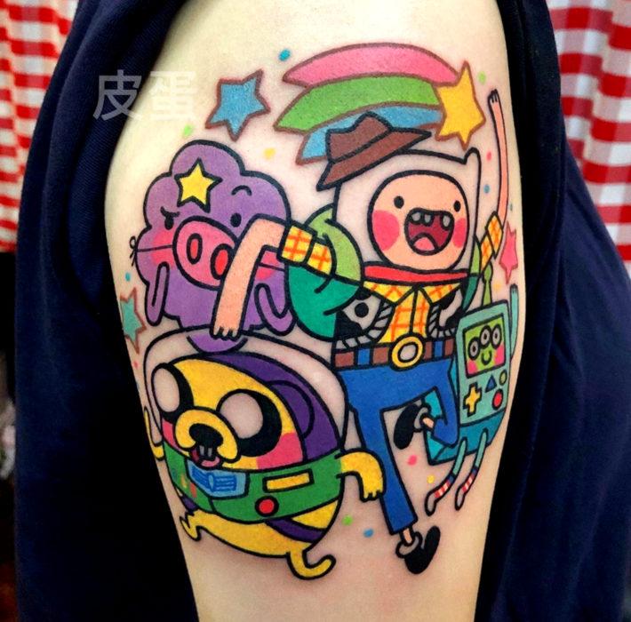 Tatuajes de caricaturas de Cartoon Network; Finn, Jake, Princesa Grumosa y BMO de Hora de Aventura disfrazados de Toy Story