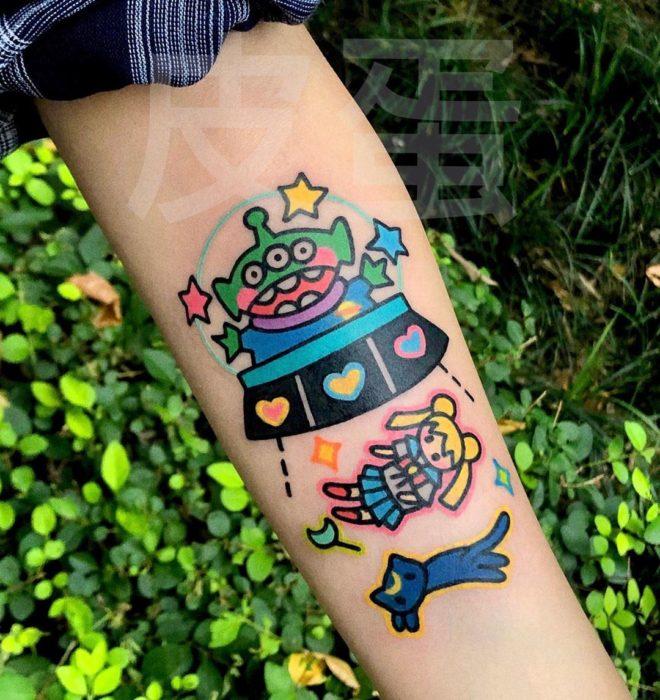 Tatuajes tiernos de Pikka Cool Cool Tattoo; tatuaje kawaii de marciano de toy Story en OVNI con Serena Tsukino y Luna de Sailor Moon