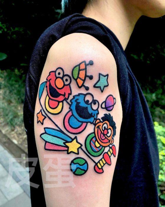 Tatuajes tiernos de Pikka Cool Cool Tattoo; tatuaje kawaii de Plaza Sésamo; Elmo, Monstruo Comegalletas y Enrique