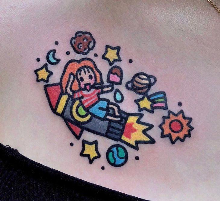 Tatuajes tiernos de Pikka Cool Cool Tattoo; tatuaje kawaii de niña sobre cohete espacial en el espacio
