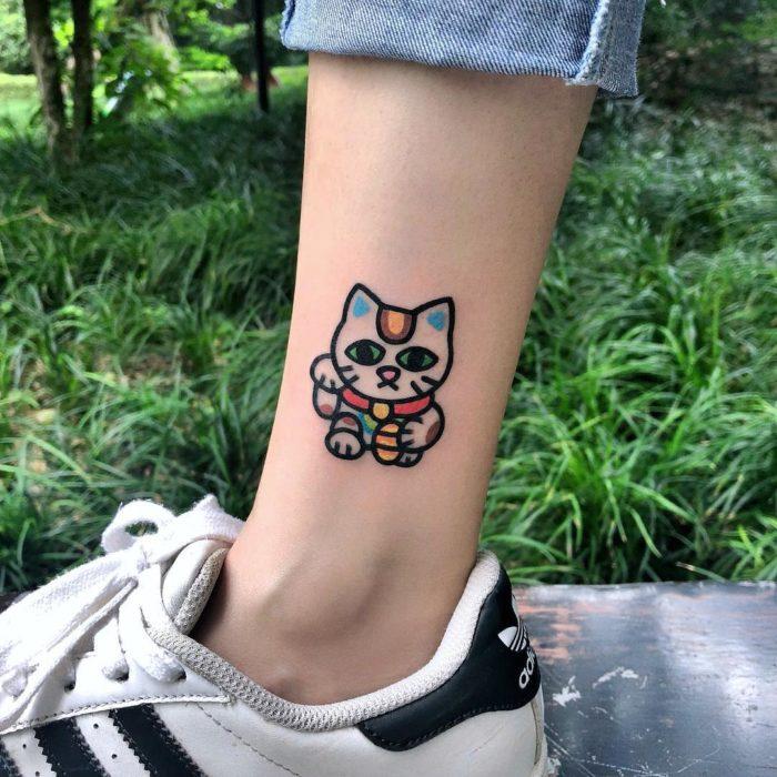 Tatuajes tiernos de Pikka Cool Cool Tattoo; tatuaje kawaii de gato japonés de la suerte