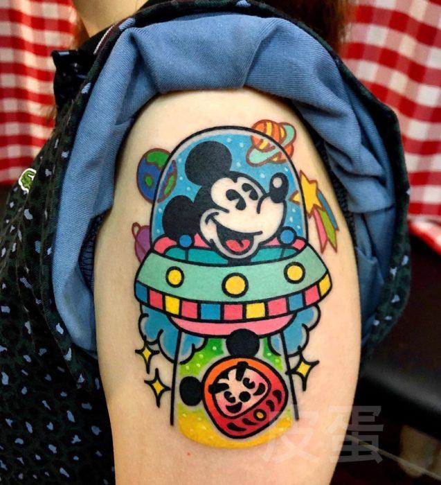 Tatuajes tiernos de Pikka Cool Cool Tattoo; tatuaje kawaii de Mickey Mouse en un OVNI