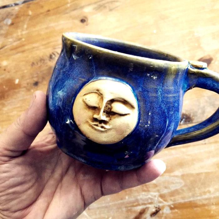 Taza de caldero de bruja, azul, luna con rostro