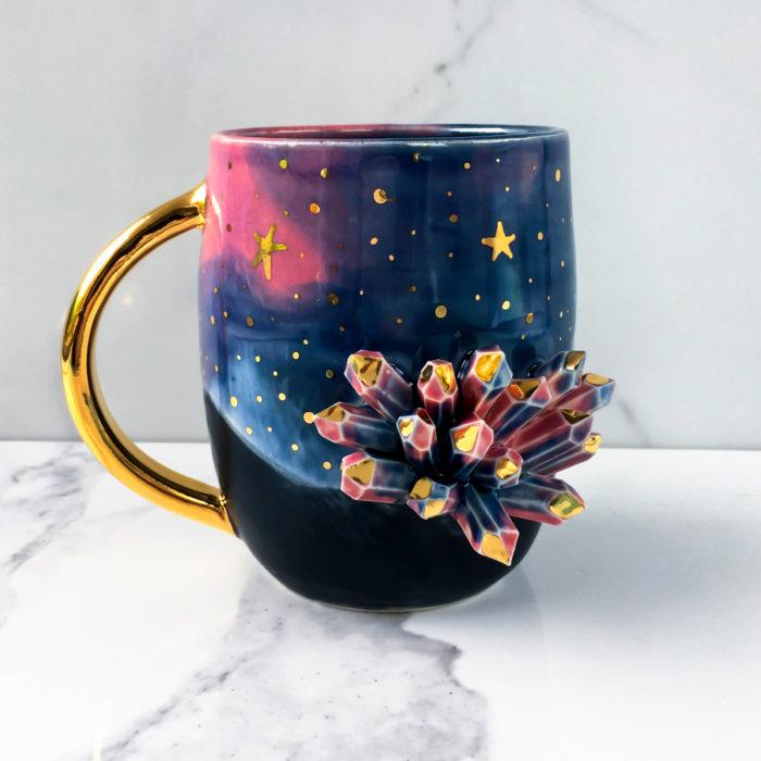 Taza de caldero de bruja, con estalactitas y pintura de universo color azul y rosa con estrellas doradas