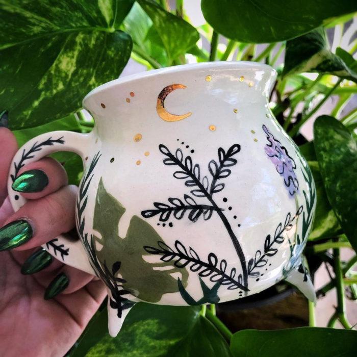 Taza de caldero de bruja, blanco con plantas y luna dorada