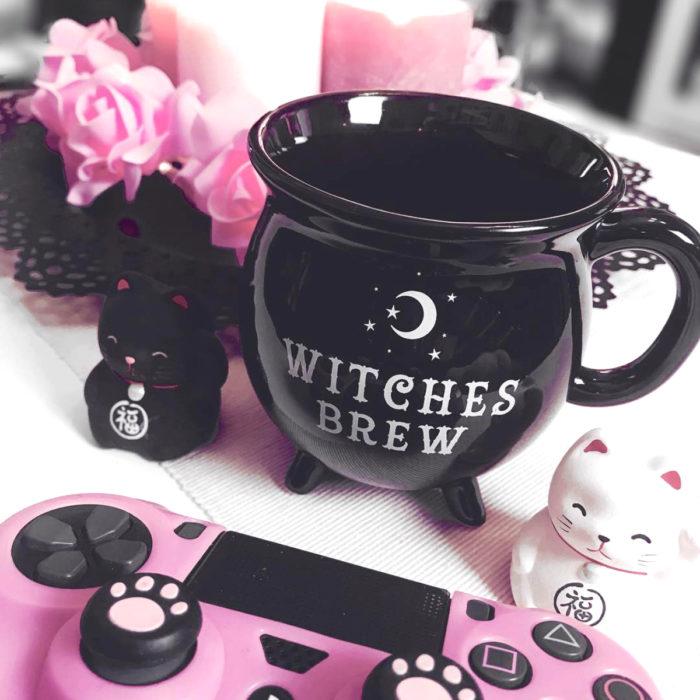 Taza de caldero de bruja, con gatos negro y blanco japoneses de la suerte y un control de videojuego color rosa