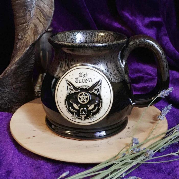 Taza de caldero de bruja, con gato negro