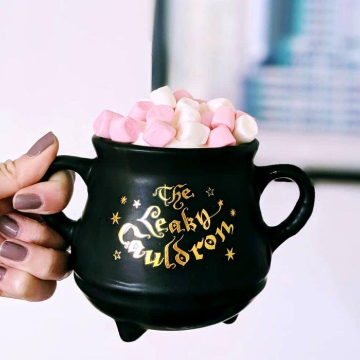 Taza de caldero de bruja, color negro con bebida con bombones