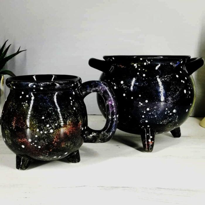 Taza de caldero de bruja, negros con pintura estilo universo