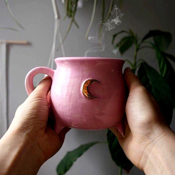 Taza de caldero de bruja, rosa con luna dorada