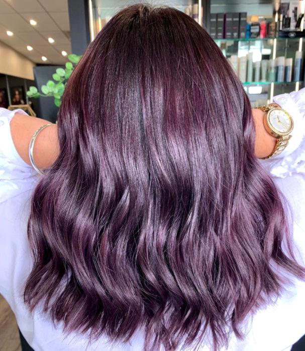 Tinte color chocolate lila; chica con cabello castaño morado