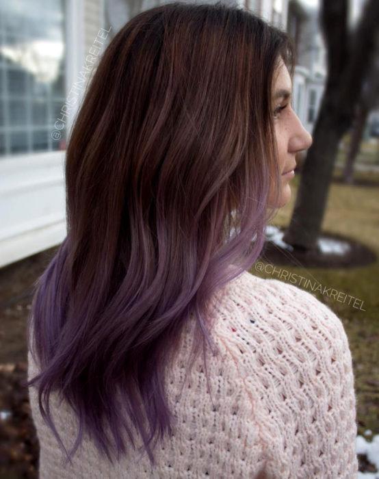 Tinte color chocolate lila; chica con cabello castaño con las puntas morado