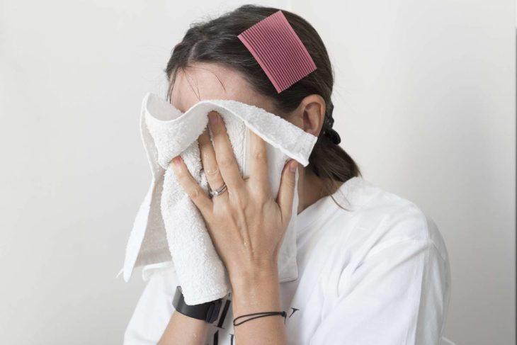 Mujer con toalla en la cara