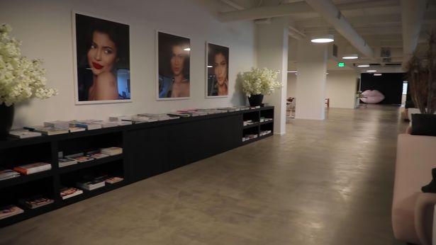 Oficina de Kylie Jenner con fotografías de ella por todas partes