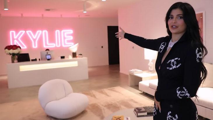 Kylie Jenner dandole la bienvenida a sus seguidores en un video de youtube
