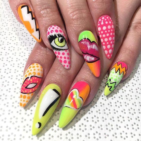 Manos de una chica con diseño de uñas pop art en color verde con labios, signos de exclamación y ojos
