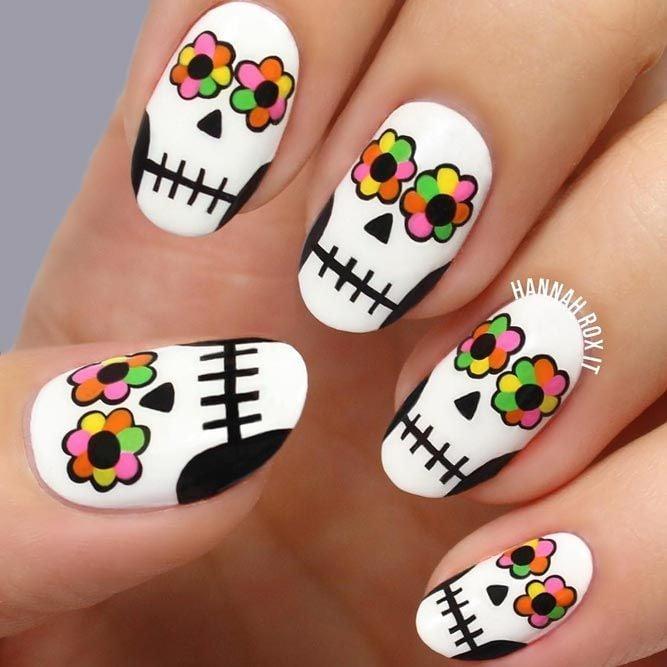 Chica con unas uñas de color blanco en forma de catrina