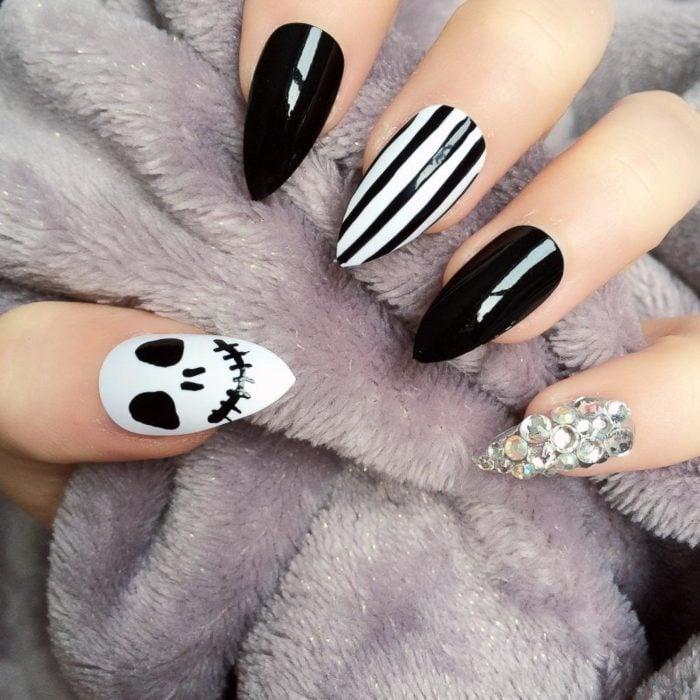 Chica con unas uñas de color blanco y negro con diseño de jack de la película pesadilla antes de navidad