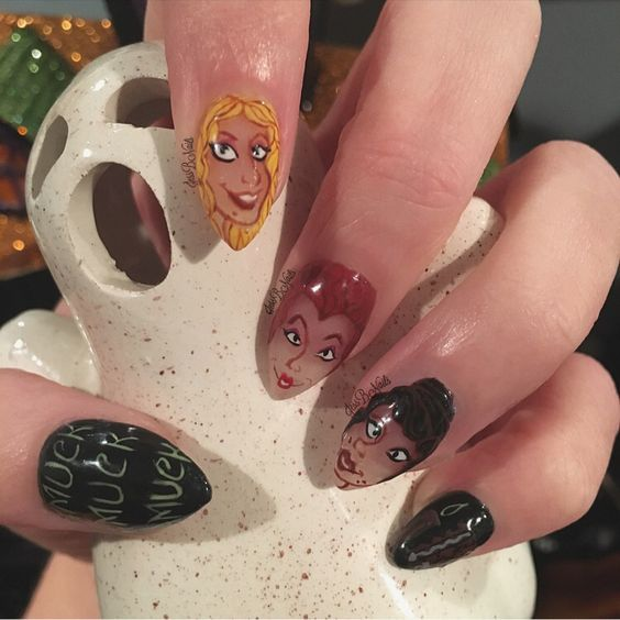 Chica con unas uñas en forma de almendras con los personajes de Hokus Pokus pintados