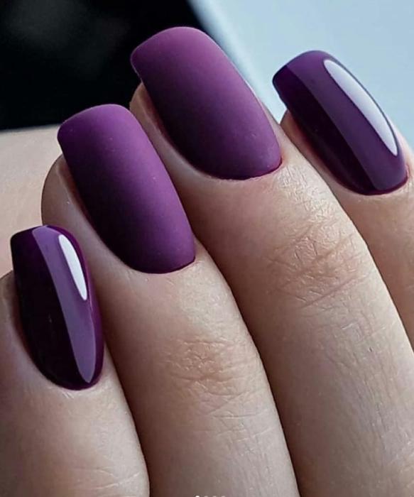 Chica usando sus uñas de color violeta