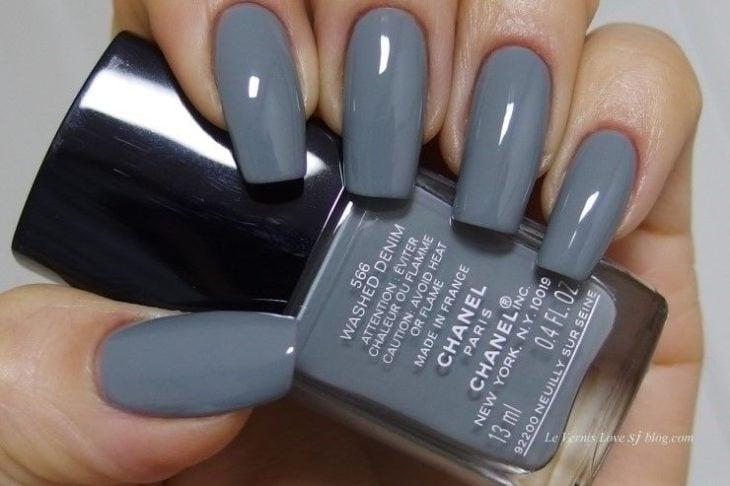 Chica con un tono de uñas color azul grisáceo