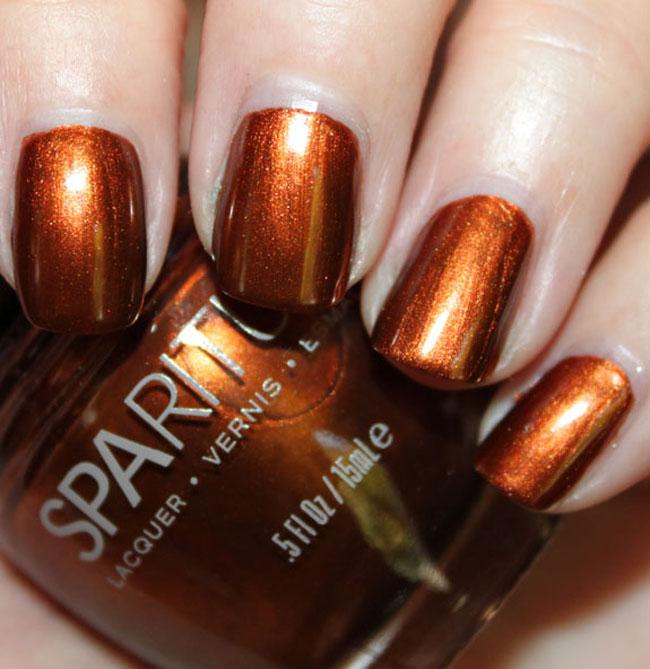 Chica con unas uñas de color bronce