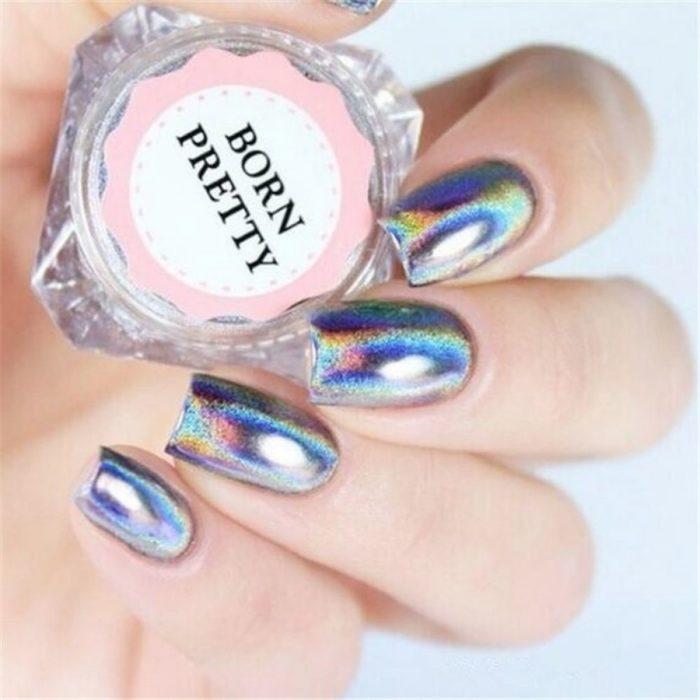 Chica mostrando sus uñas de color plata holografíco